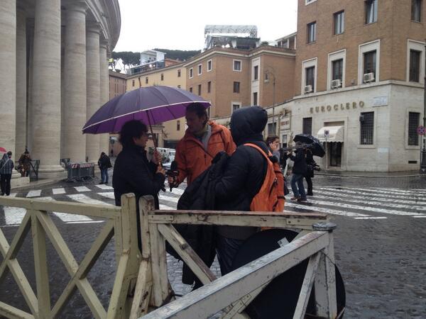 Los de Caiga quien caiga a la espera de llegada #CFK al #Vaticano http://pic.twitter.com/qdtgy4pGRt