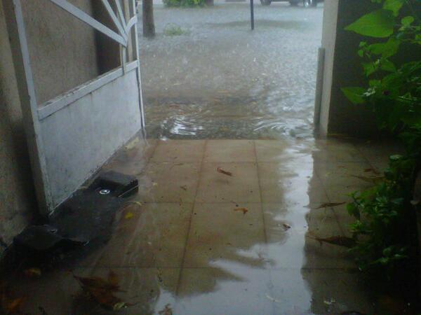 Tremenda inundación en Los Hornos! Así se me está llenando de agua la casa al igual que a todos los vecinos! #LaPlata pic.twitter.com/pYinq7NTFW
