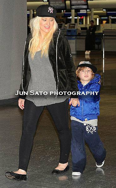 [Fotos] Christina Aguilera Llegando al Aeropuerto de LAX! (2/04/13) BG4f1s0CcAAWDOB