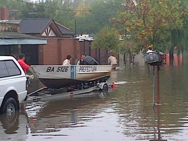 Prefectura utiliza un bote motorizado para rescatar vecinos en 46 143 y 142 #LaPlata pic.twitter.com/zWD2GVCZSw