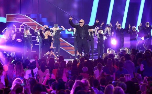 [Fotos+Video] Pitbull & Christina Aguilera cantaron en los Kids' Choice Awards 2013 - Página 3 BGFOsmcCcAEmzpN
