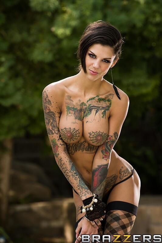 Актриса с татуировками паутина на груди деревне сеновале