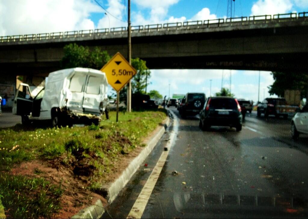 Acidente na rodovia BR-101 sob o vd. Ponta Negra causa grande  retenção a partir de Emaus