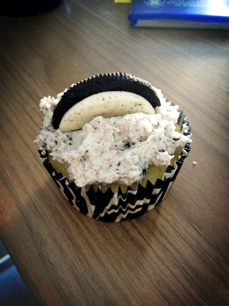 Twitter / EAHarter: This cupcake is taunting me. ...