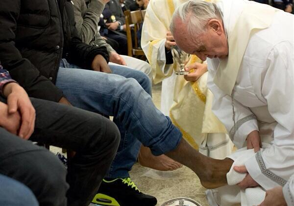 Twitter / JamesMartinSJ: Photo: Pope Francis washes ...