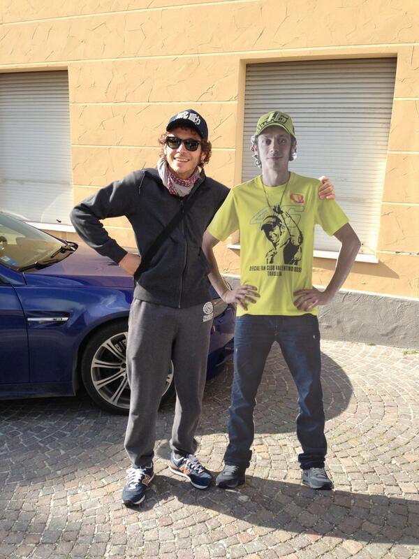 Oggi sono passato a Tavullia e finalmente sono riuscito a fare la foto con Valentino Rossi! Che emozione!