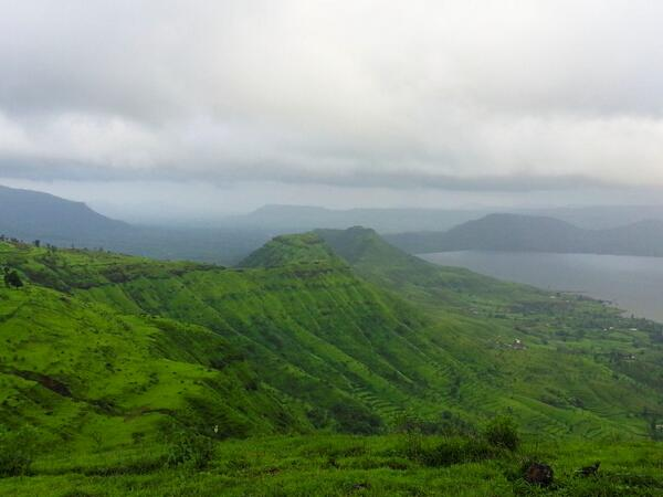 @Sihpromatum @poonamparihar @diggingtoroam Here is Glimpse of Greenery during #Monsoon in #WesternGhats #travelindia pic.twitter.com/o5RaDxs9DJ