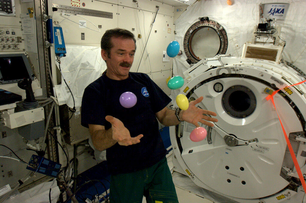 astronauts in space feel weightless because they - photo #15