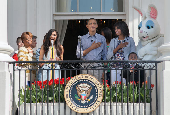 The First Family listens to @JessicaESanchez sing the National Anthem at the 2013 White House #EasterEggRoll: pic.twitter.com/Tgqv31vLjy