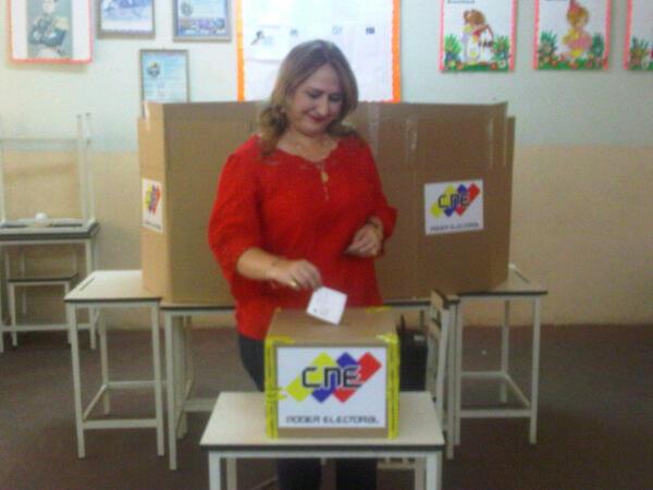 La Alcaldesa socialista del municipio dabajuro Francisca Virginia Oberto Lara ejerciendo su derecho al voto. pic.twitter.com/V0t604Yi39