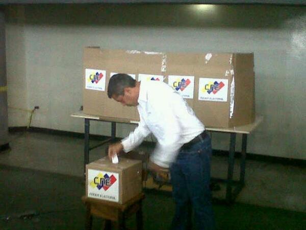 LARA: Henri Falcon gobernador de Lara y Jefe de Campaña del Comando Simon Bolivar ejercio su derecho al voto pic.twitter.com/5sPVrXQprY