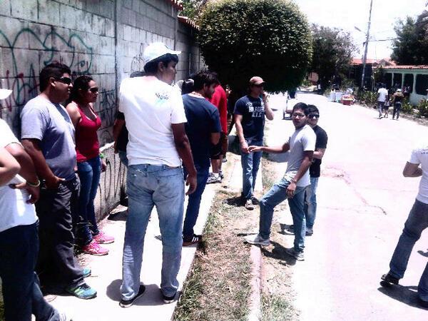 En colegio maria santisima.cabudare edo. Lara.Muchos jovenes en cola,4 cuadras para entrar a votar #YoLoCubro #14A. pic.twitter.com/ggwcYLMeMm