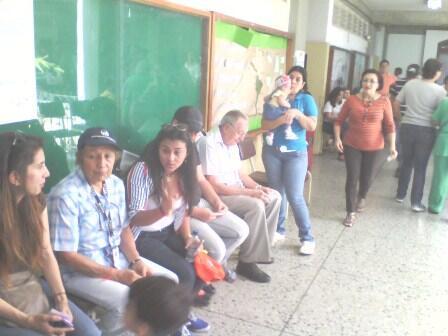 @ComandoSB @hcapriles DAC UCLA #Barquisimeto votantes esperando en cada mesa ejercer su derecho al voto @CircuitoOnda pic.twitter.com/RcqO45s2Cr