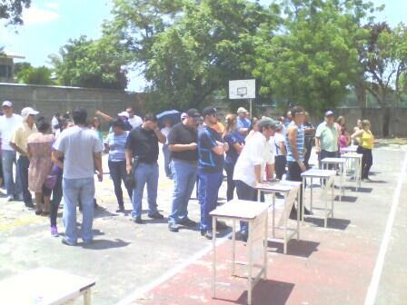 #YoLoCubro @CompromisoC Liceo Ambrosio Perera, este de #Barquisimeto. Votantes en fila para ejercer su voto pic.twitter.com/re56UirZQD