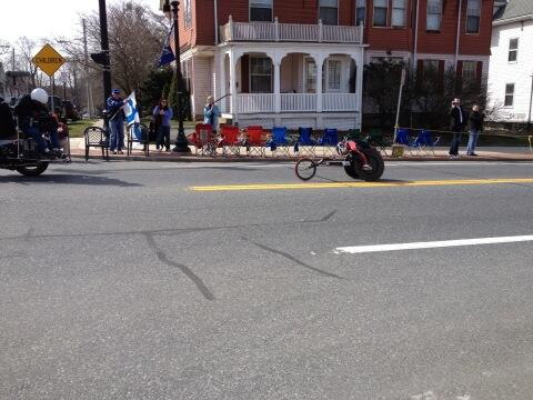 Lead wheelchair racer passes #natick center #bostonmarathon pic.twitter.com/dlYyltbVDN