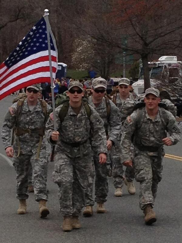 Soldiers march up #heartbreakhill with full packs #bostonmarathon pic.twitter.com/Pl14kgU6ka
