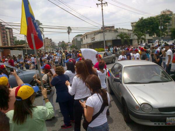 LARA: habitantes de Barquisimeto se concentran en las inmediaciones del CNE, exigen re conteo de votos http://t.co/PXnqifsddA