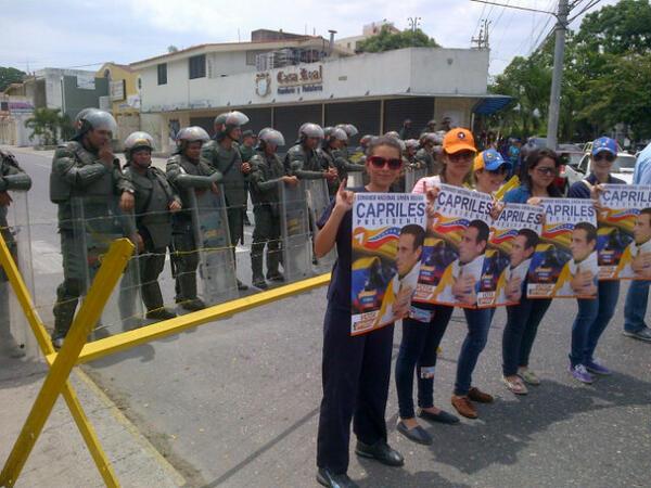 LARA: una Barricada de Efectivos de la GN fue colocada a una cuadra de la entrada del CNE http://t.co/LQjHRVxka4