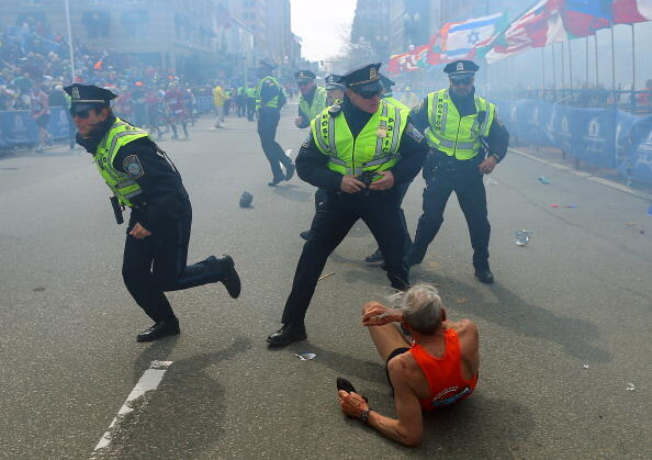 PHOTO: Boston police officers react following explosions. (via Getty Images) http://pic.twitter.com/QLcOibAJAK