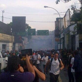 "#TúDecides RT @davepsychotic: BOMBAS LACRIMÓGENAS EN ALTAMIRA pic.twitter.com/7tZuQBJH7a"""