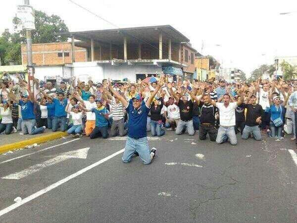 A ESTA HORA Ciudadanos exigen que se respete la voluntad del pueblo. ¡No se arrodillen ante los usurpadores! pic.twitter.com/Yo8dCr1sQg