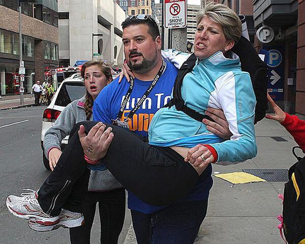 Former NFL OL Joe Andruzzi carrying a Boston Marathon bombing victim to safety (via @YahooSports) pic.twitter.com/euKrcC2Hcx
