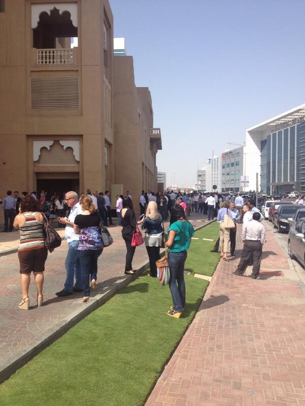 Pavements crowded outside offices in #Dubai as #earthquake strikes http://t.co/xwFNnTopxI