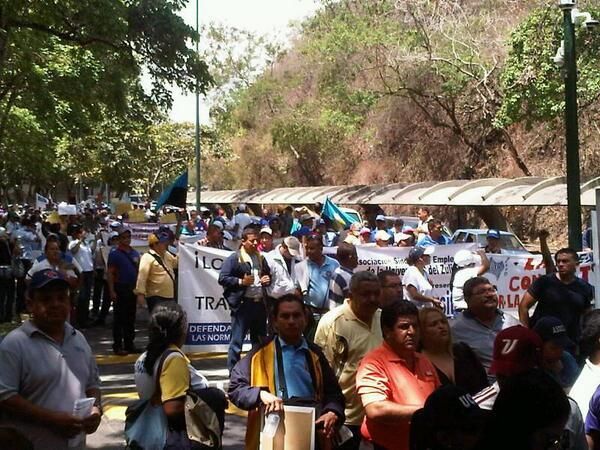 Arranca marcha del sector universitario rumbo a la AN para exigir aumento salarial pic.twitter.com/eDhi5KsPKx