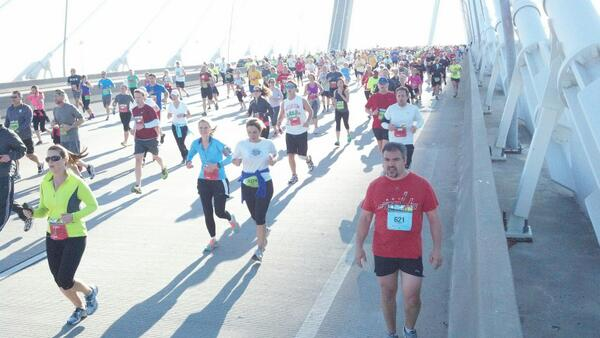 Runners on the bridge. #bridgerun pic.twitter.com/EEw7t0tzaR