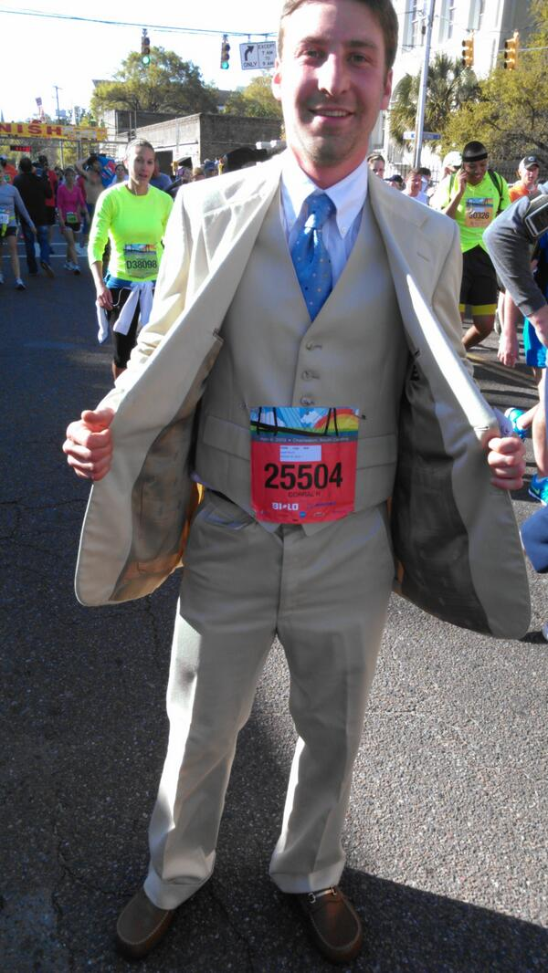 I think he's little over dressed for a 10k race! Fashion police. #bridgerun pic.twitter.com/3AQ0c4EN6R