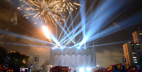 Con impresionante montaje, Barranquilla celebró sus 200 años en la Plaza de la Paz bit.ly/Y7h6Jf pic.twitter.com/mZJvdCxRTU