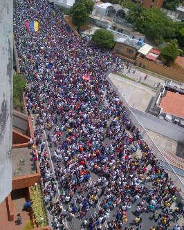 RT @Rosalindita: ¡Woao qué gentío! RT @KalinaRioboo: Lara respondió Todos pacíficamente en las cercanías del CNE pic.twitter.com/fX2uXEtNde