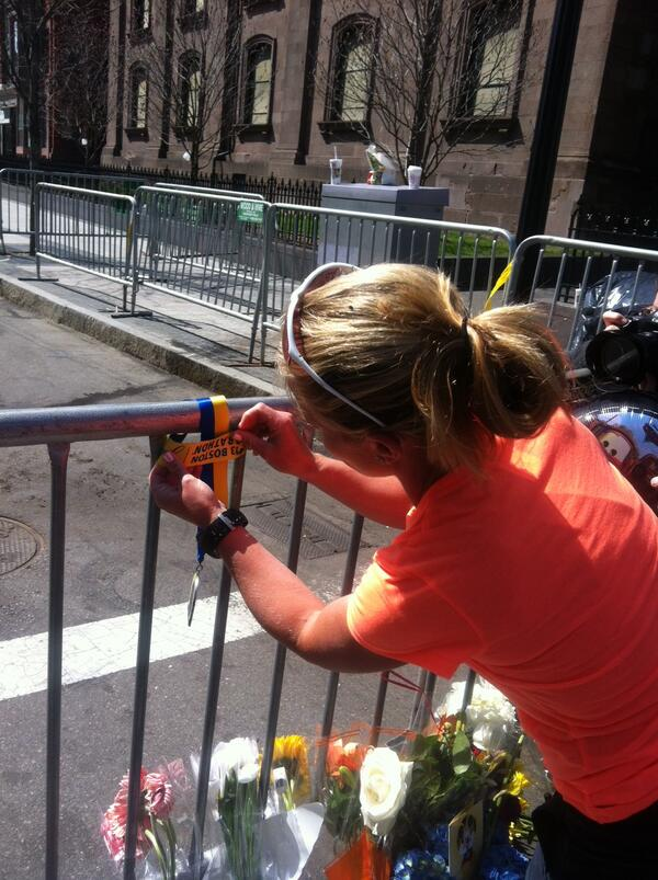 Marathon runner places her medal near the site of the bombing (photo: @kylieatwood) pic.twitter.com/qR3be97PVH