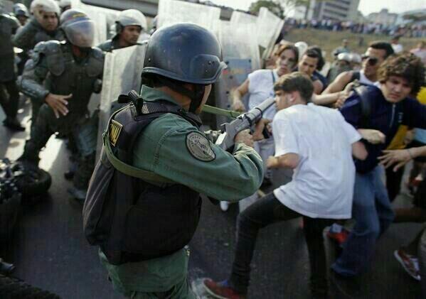 MALDITO EL SOLDADO QUE VUELVE SU ARMA CONTRA EL PUEBLO! pic.twitter.com/JUVJgky13e