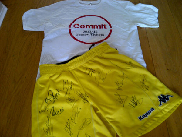 @FulhamFC 19 signatures and berba's shirt! Great fun! #ffc #closer pic.twitter.com/QdLKy1SFPq