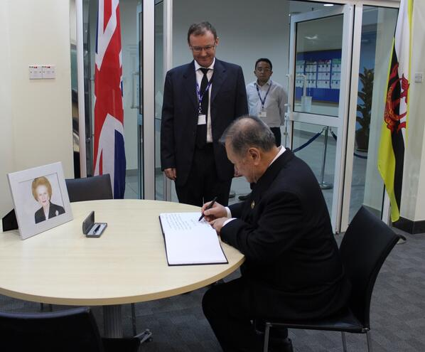 #Brunei's Minister of Foreign Affairs & Trade II, YB Pehin Dato Lim signing the condolence book for Lady #Thatcher http://pic.twitter.com/DNYFPAHGmV
