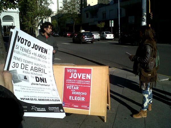 #AHORA estamos fte al Shopping (Rioja y Belgrano) informandole a los jóvenes cómo hacer para votar! pic.twitter.com/yARcuhMgMi