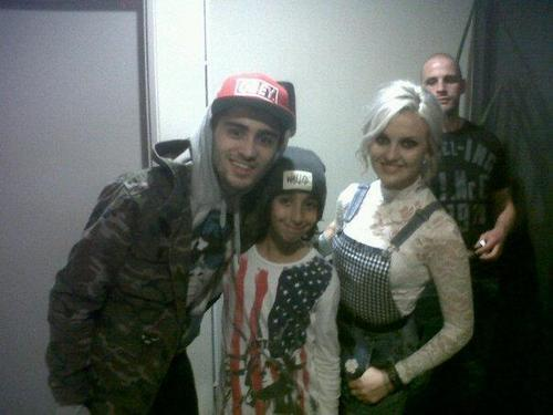 #NEW Zayn and Perrie with a little fan in Paris! http://t.co/2HNcJdT3yW