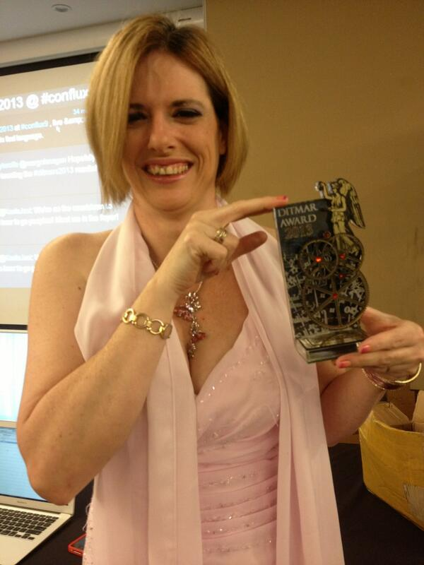 Look! @KaelaJael models the gorgeous #Ditmars2013 trophy! Awards start soon! pic.twitter.com/USEjwJpIj1