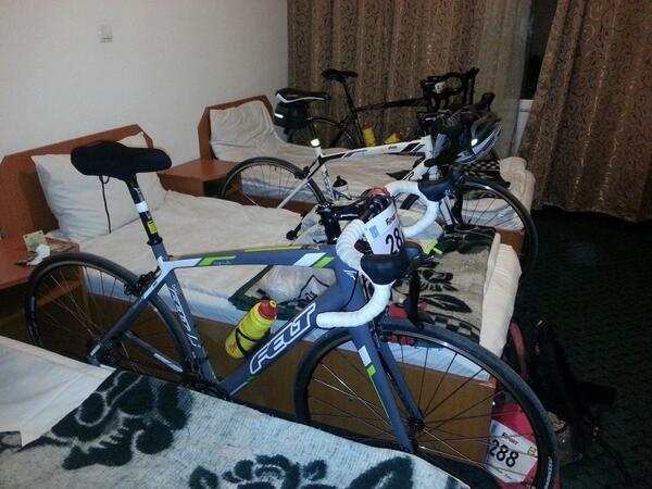 RT @bogdanantohe: Somnoroase biciclete, pe la camere se-aduna...noapte buna! Maine vor fi 145km grei #cubicicletalamare http://t.co/4ZbNofO…