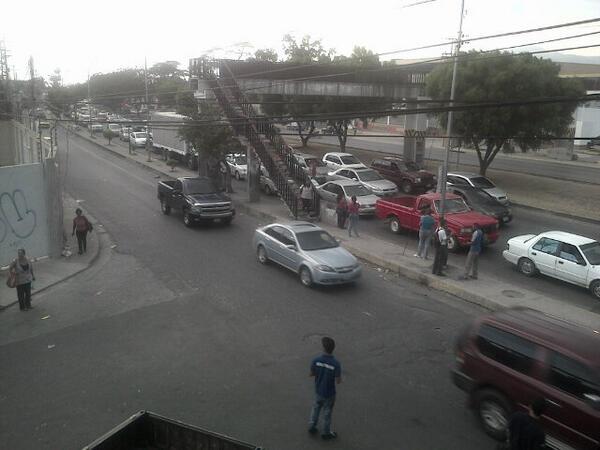 @MARACAYACTIVA @victoria1039fm Larga cola en la Av Intercomunal Santiago Mariño sentido Maracay-Cagua. pic.twitter.com/3rUe4i5Y9c