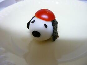 【ウズラの卵で作るスヌーピーキャラ弁レシピ】 材料:うずらのたまご(茹でたものor水煮1個)、のり(適量)、ごま(適量)、ミニトマト(お好みで1個)【クックパッド】