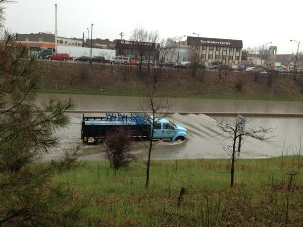 A truck carrying police barricades just pushed its way through the water on the Edens. #CSTstorm pic.twitter.com/dsHsHTvvSR