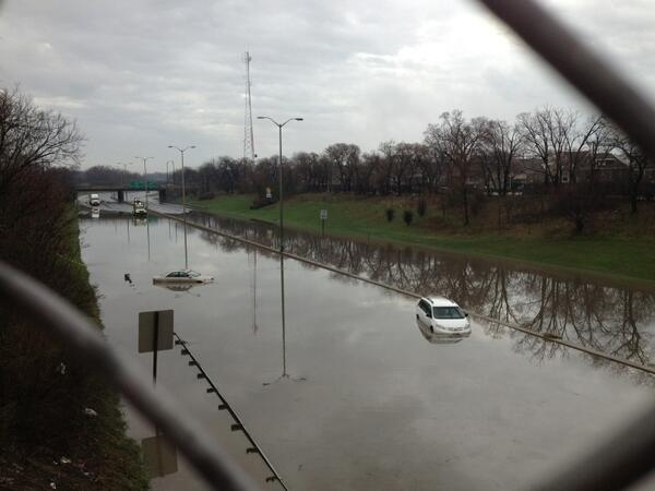Cars stuck in water on the closed s/b Edens. #CSTstorm pic.twitter.com/lUi2dHPKi1