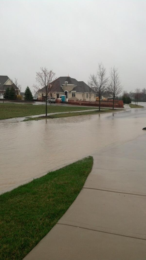 Lots of water on Savoy in Burr Ridge but cars are getting through. #cststorm pic.twitter.com/9vxstkucYH