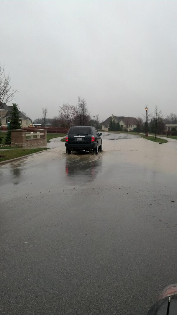 A truck makes its way through water on Savoy in Burr Ridge. #cststorm pic.twitter.com/8SS4MmfO27