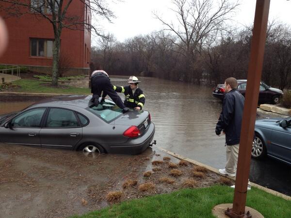 Hinsdale firefighter helps man from car in flooded drive near Salt Creek. #cststorm pic.twitter.com/89jKIj1lN0