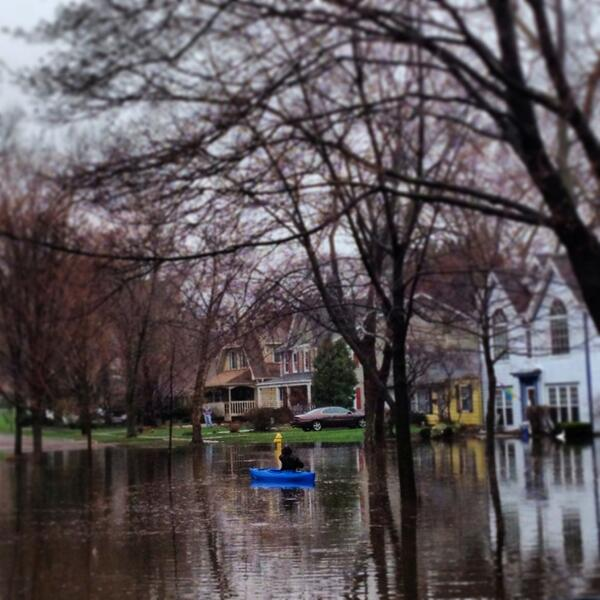 #CSTstorm #Kayaking RT @openarmseyes @WGNNews Kayaker on a street in Wheaton pic.twitter.com/B00o1XPR73