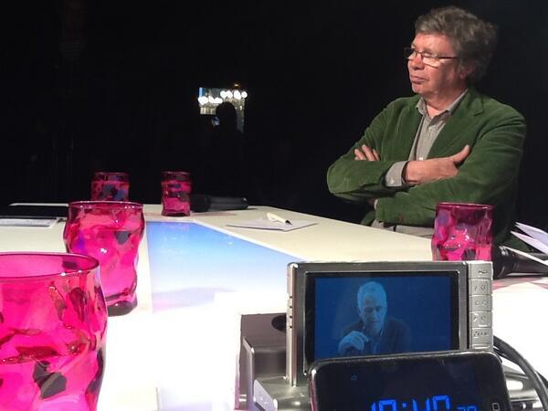 Le plateau vu de l'intérieur... #CubeRevue jean-Michel Besnier et Nils Aziosmanoff dans le petit écran pic.twitter.com/WeIzupoHcN