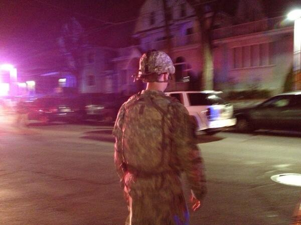 Soldiers walking around perimeter established on Mt. Auburn St Watertown #necn pic.twitter.com/Lht23xzFvj